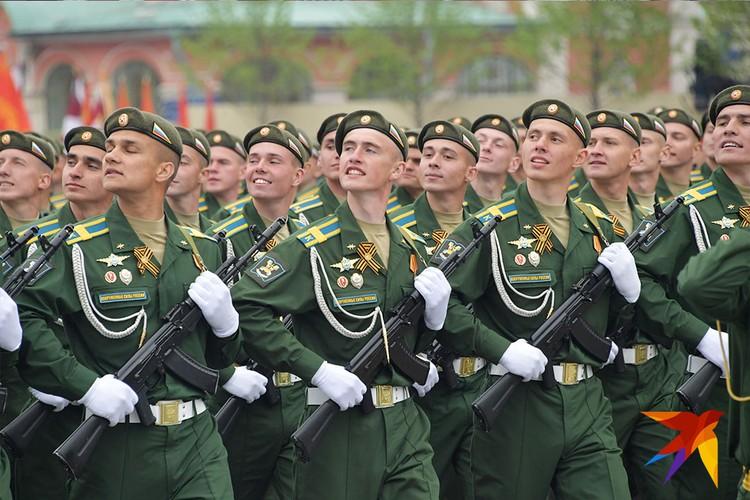 Более 13 тысяч военных и курсантов прошли парадными расчетами по Красной площади