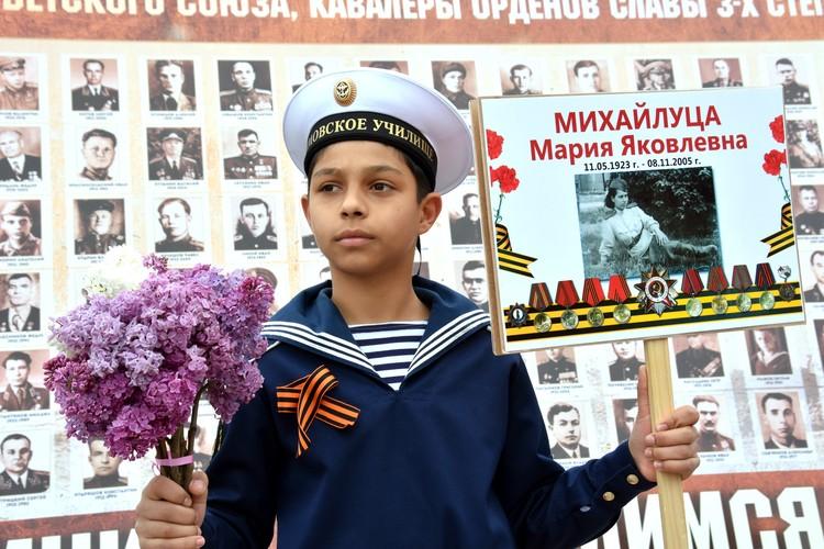 Маленькие крымчане пришли почтить память дедов и прадедов.