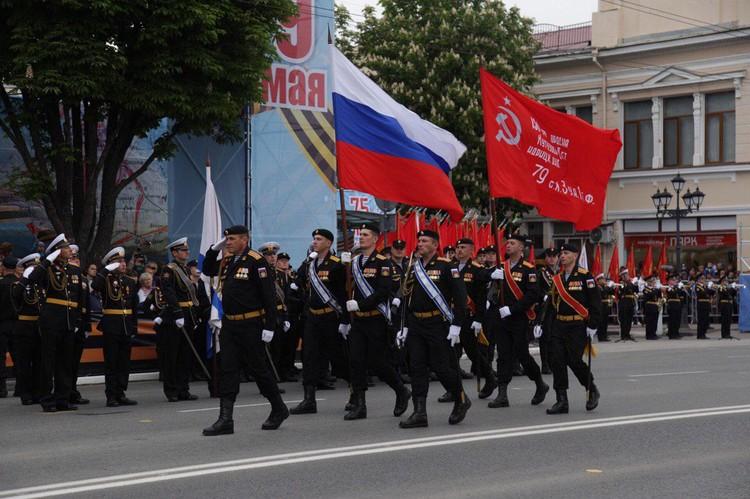 В военном параде в Симферополе приняли участие больше тысячи военнослужащих.