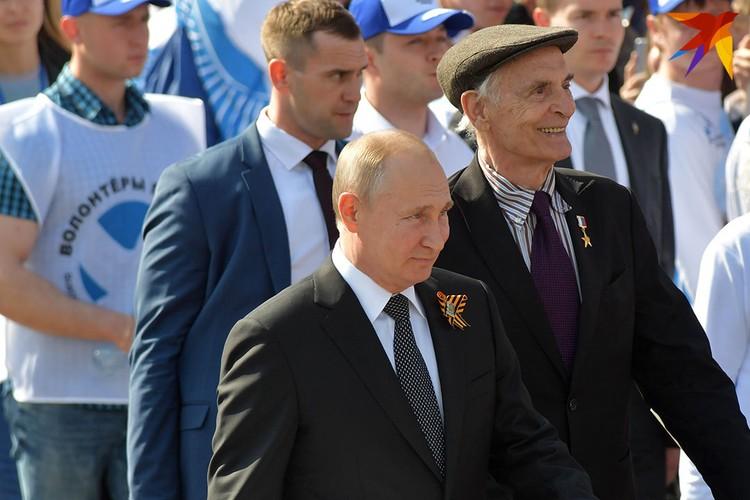 Владимир Путин и актер Василий Лановой шли в рядах Бессмертного полка.