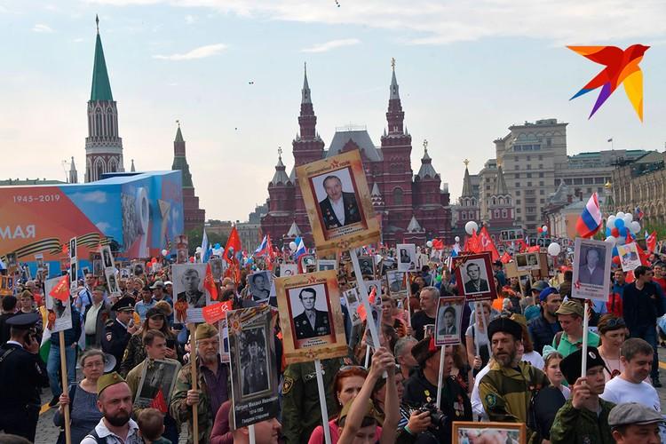 Бессмертный полк проходит у стен Кремля