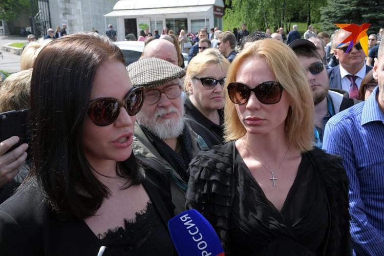 На Троекуровском кладбище 12 мая должна была состояться церемония прощания. Она была сорвана из-за заявления в полицию дочерей Доренко