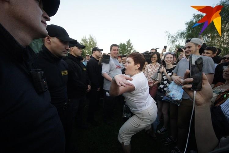 Люди выражали протест как могли перед охраной территории. Порой это выглядело откровенно некрасиво