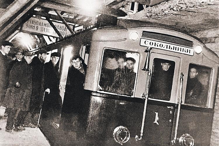 Это первый поезд московского метро. Пробную поездку проводили в 1934 году от станции «Комсомольская» до станции «Сокольники».