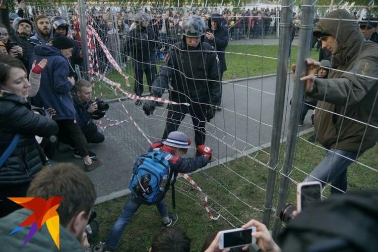На акцию в защиту сквера пришли также люди с детьми.