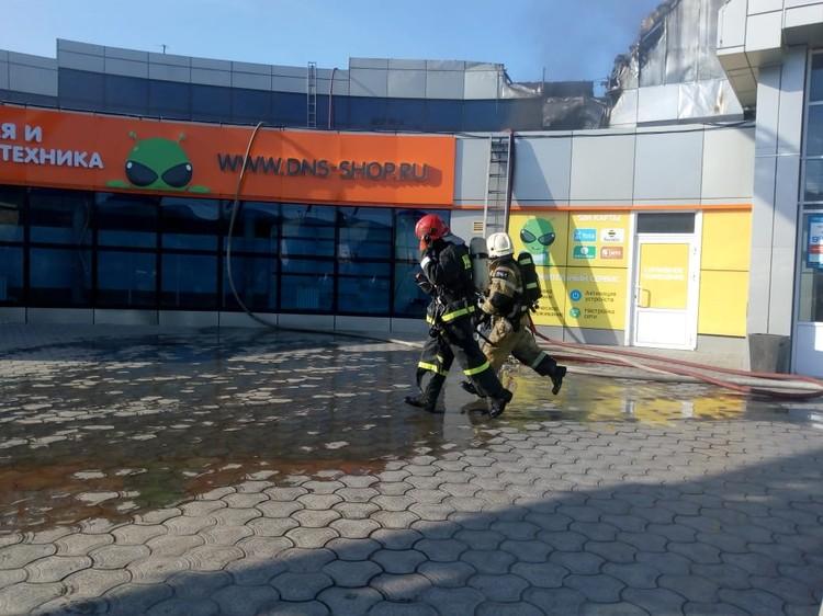 Сейчас на месте работают сотрудники Госпожарнадзора, которые будут устанавливать причину возгорания и ущерб, который понесли предприниматели из-за огня.