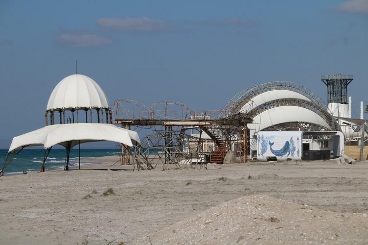 """Когда-то здесь проходил международный фестиваль """"КаZантип"""". От него остались только эти конструкции"""