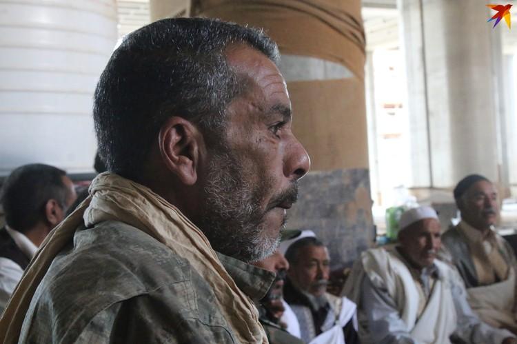 Боец ЛНА слушает проповеди ливийских шейхов на передовой