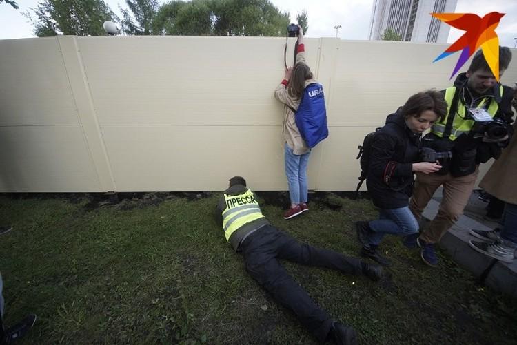 Посмотреть, что происходит на стройке собрались жители Екатеринбурга, включая журналистов