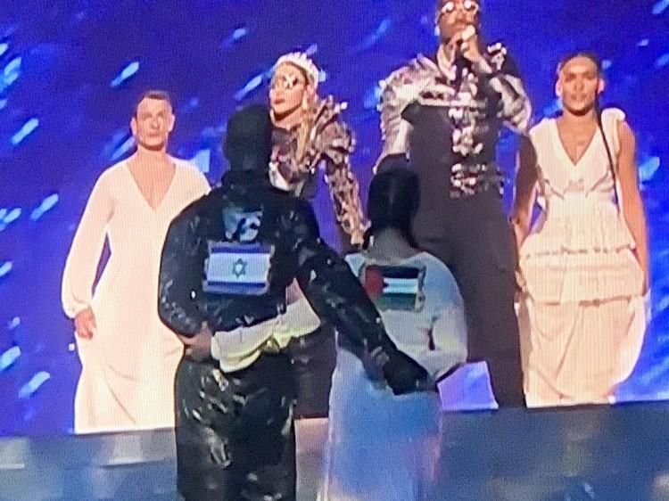 Мадонна вывела на сцену флаги Израиля и Палестины