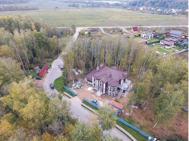 Особняк, часть которого ушла за долги, расположен в Истринском районе Подмосковья.