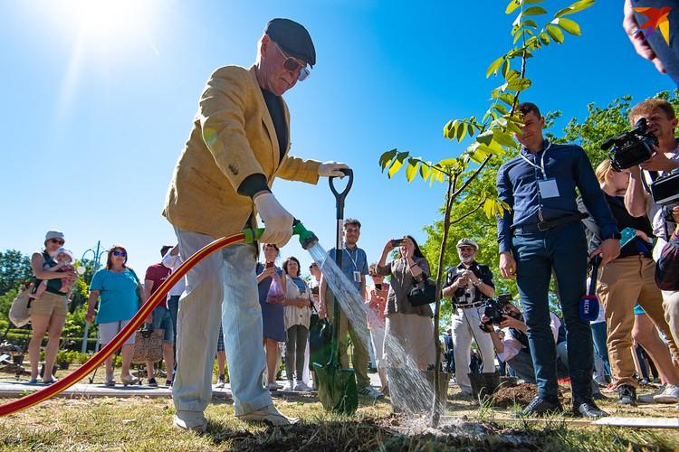 Владимир Гостюхин не садовод, но в акции в удовольствием принял участие