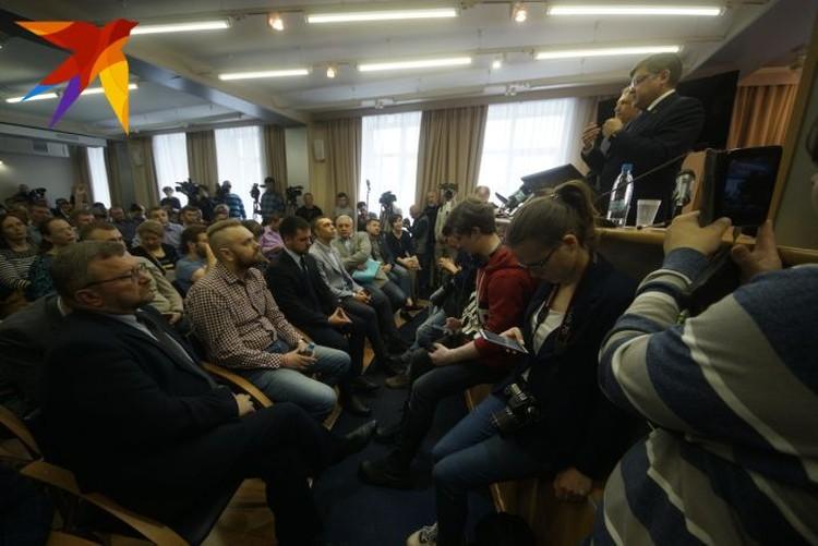 В начале встречи было объявлено, что говорить все будут без микрофона. Благодаря этому участники легко могли перебивать друг друга.