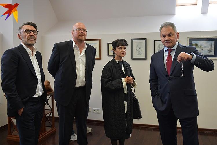 В тот же день 24 мая впервые в Москве были представлены авторские картины Сергея Шойгу