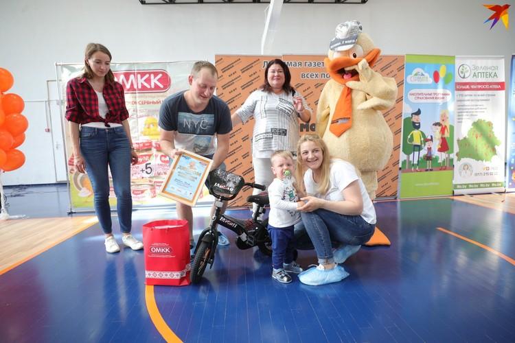 Илья Яковин с родителями и организаторами конкурса