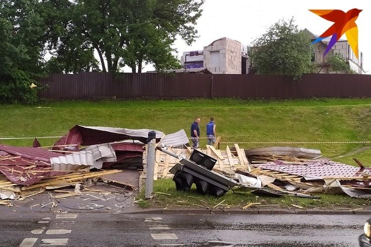Сорванной ветром крышей повредило светофор.