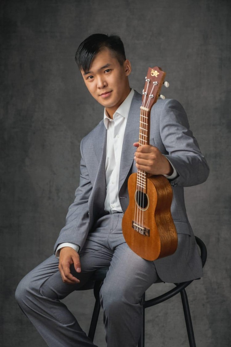 В свободное время Иван играет на гитаре и снимает с друзьями вайны.
