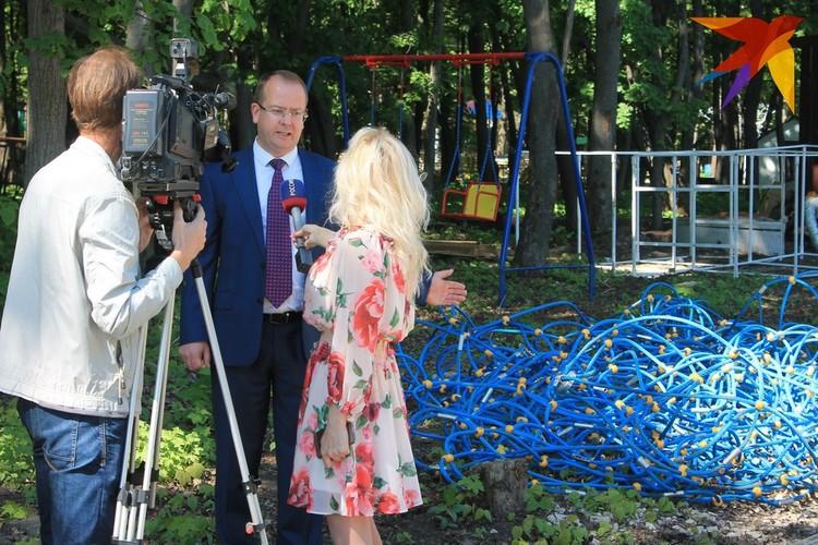 Сергей Карабасов объяснил «пропажу» детского городка одной съемочной группе, а затем ретировался до прихода остальных журналистов и депутатов.