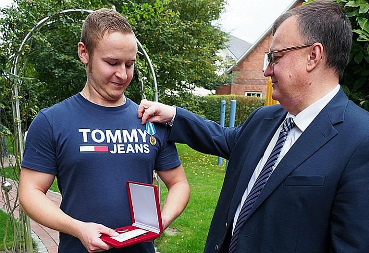 Осенью Кевина наградили медалью МЧС. Фото: МЧС РФ