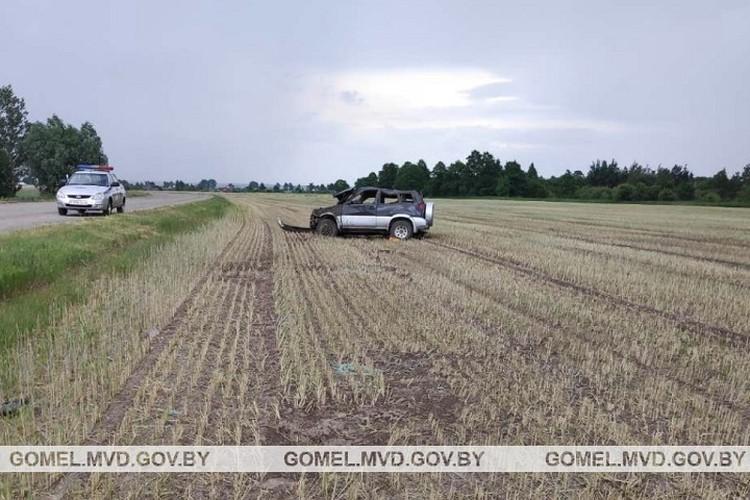 Машина съехала в правый по ходу движения кювет и перевернулась. Фото: УВД Гомельского облисполкома.