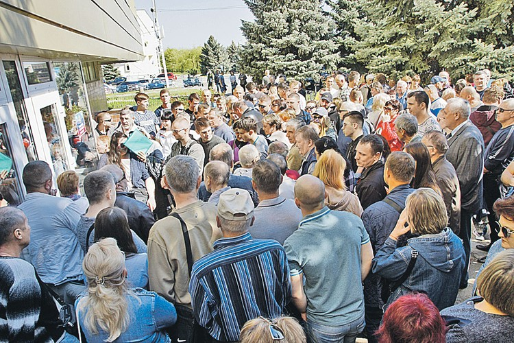 Узнав, что правила приема в российское гражданство упростили, жители Луганска осадили свой миграционный центр.
