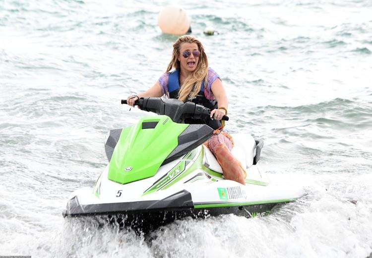 Певица катается на водном мотоцикле.