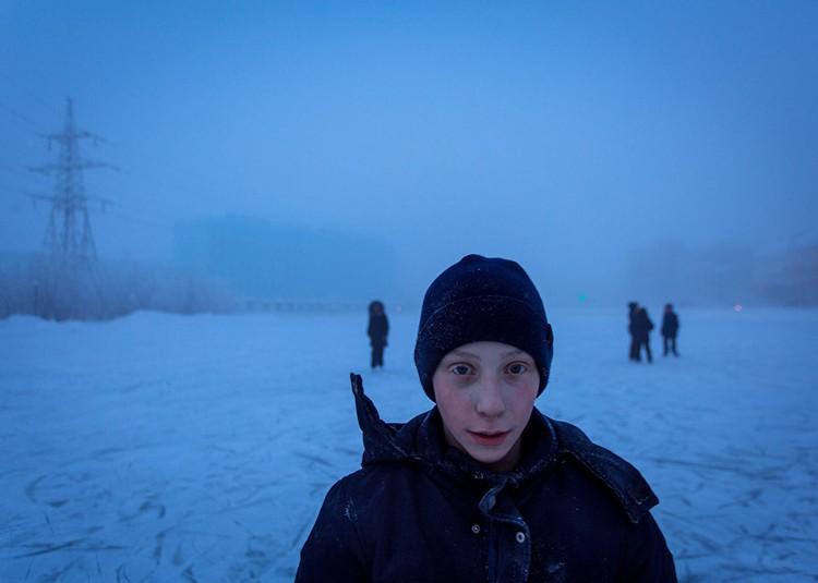 Школьники на озере Щорса катаются на коньках. Фото: Алексей Васильев.