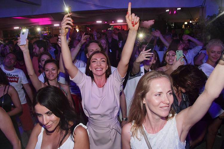 Завсегдатаи «Кинотавра» знают, что время от времени Юлия Пересильд развлекает гостей киносмотра концертами