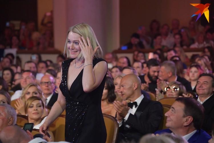 Виктория Толстоганова идет получать приз за лучшую женскую роль