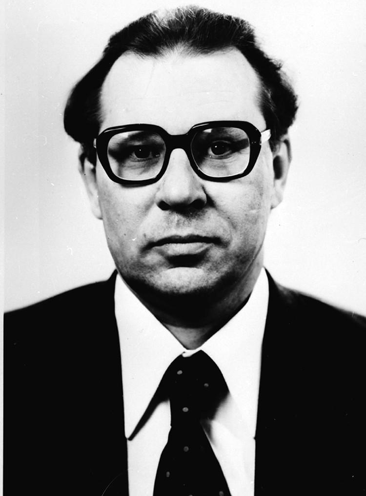 С 1983 года Легасов работал в должности первого заместителя директора Института атомной энергии имени Курчатова, а также заведовал кафедрой радиохимии и химической технологии химического факультета МГУ