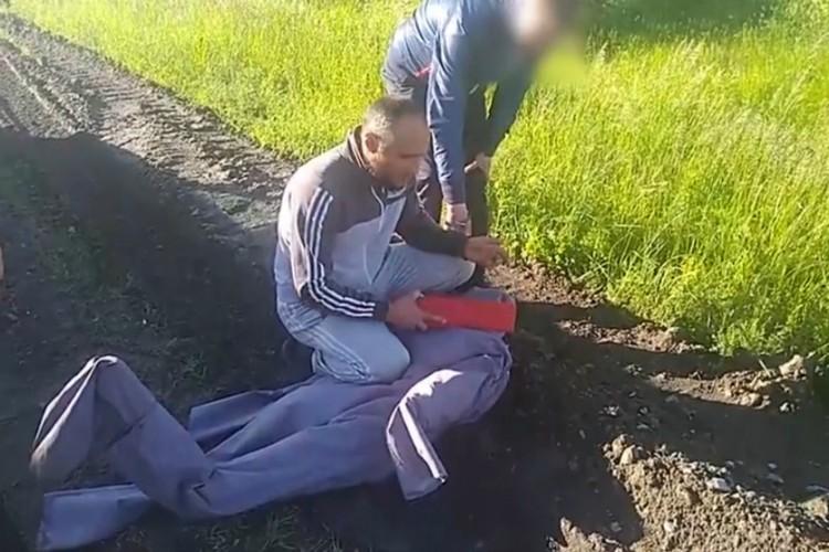 Во время следственного эксперимента Десятов показал, как убивал свою жертву. Фото: пресс-служба УМВД России по Омской области