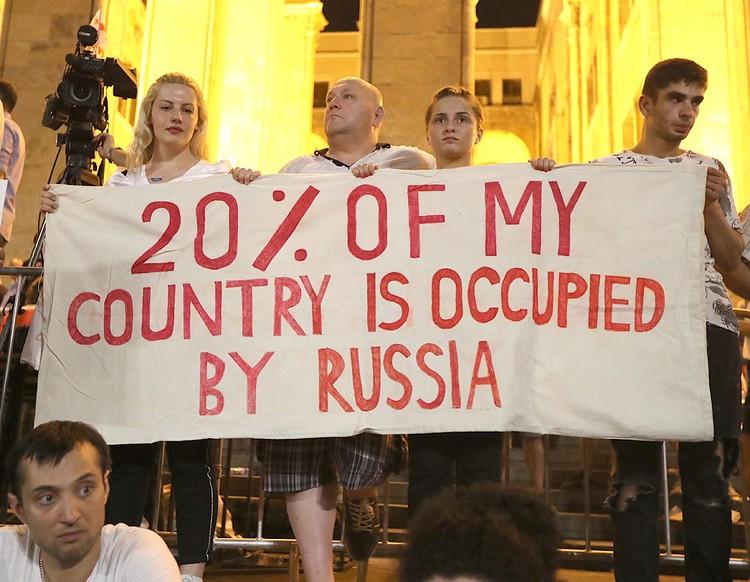 """Надпись на плакате: """"20% моей страны оккупирована Россией"""". Фото ZURAB KURTSIKIDZE EPA/ТАСС"""