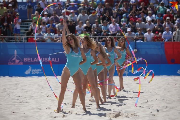В паузах на пляжном футболе выступают танцовщицы.