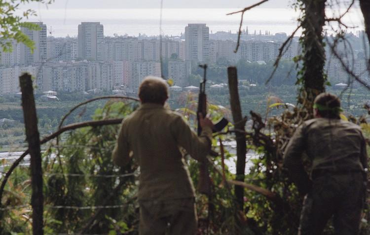 Грузино-абхазский вооруженный конфликт, 1992 год. Абхазские ополченцы во время наступления на Сухуми. Фото Соловьев Андрей/Фотохроника ТАСС
