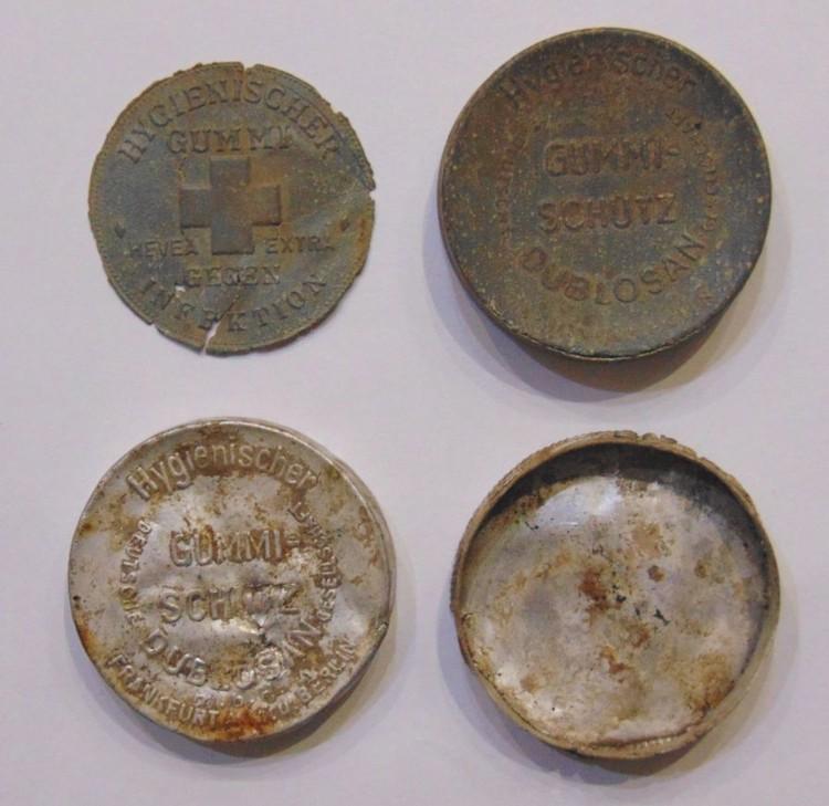Коробочки от презервативов солдат немецкой армии времен Великой Отечественной войны.
