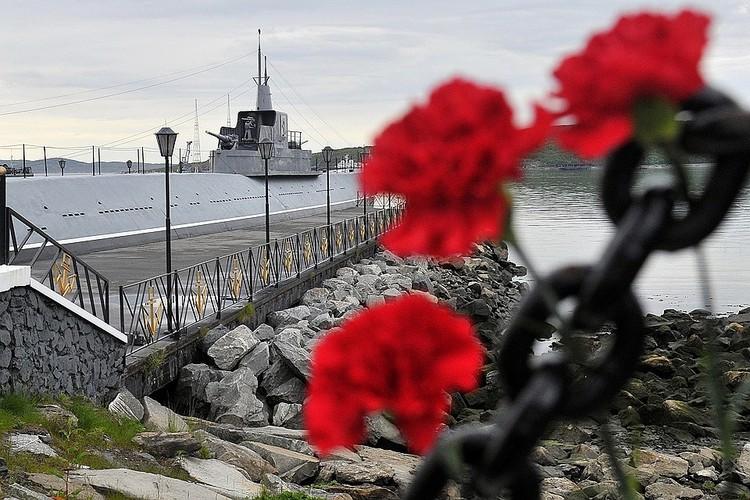Мурманская область, Североморск. Цветы в порту города, принесенные в память о 14 моряках-подводниках. Фото Лев Федосеев/ТАСС