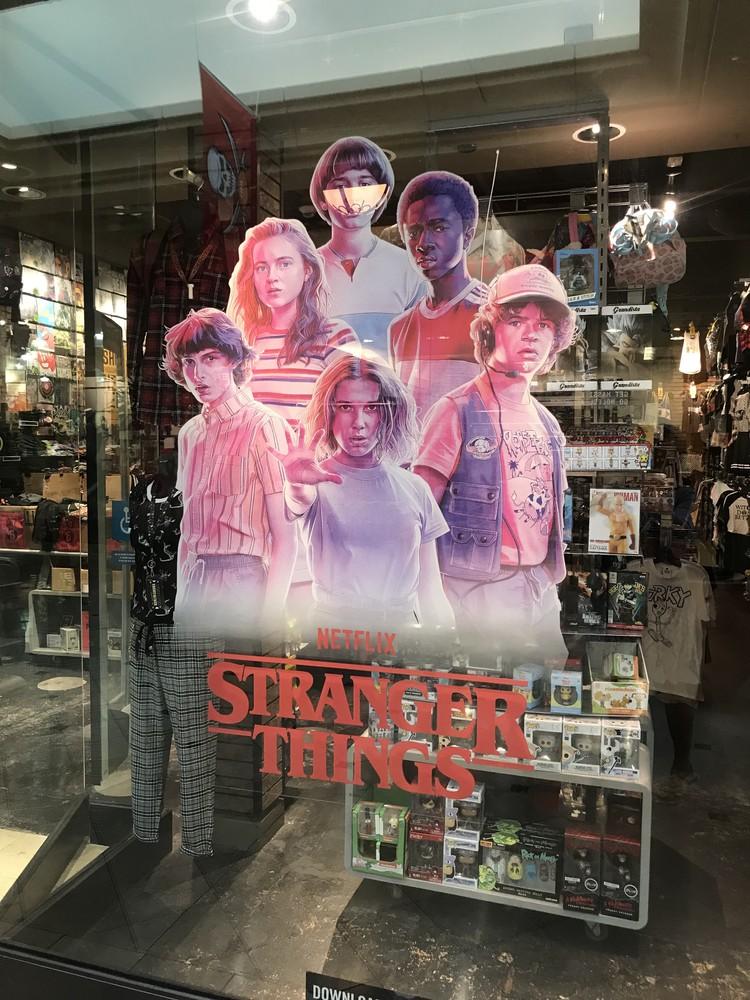В магазинах США появилась куча плакатов и вещей в стиле 80-х с лого Stranger Things