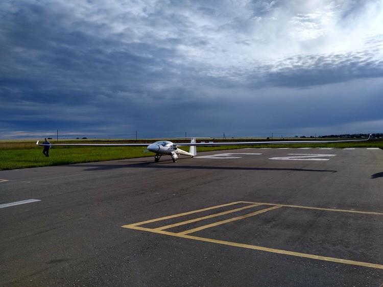 Размах крыльев самолета - 25 метров.