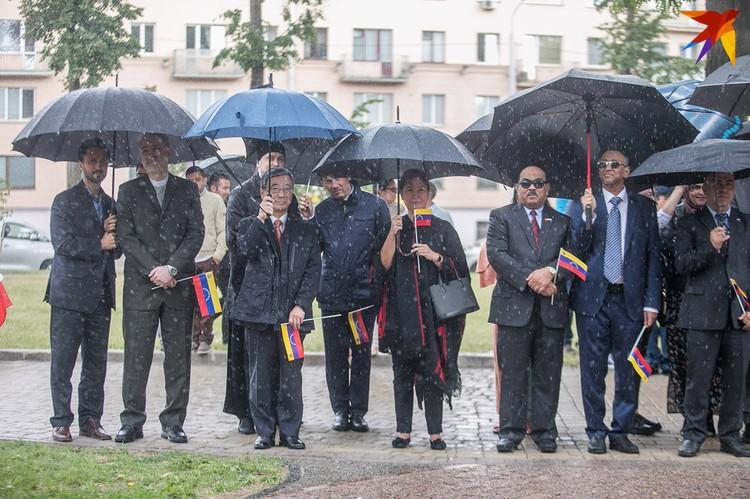 На церемонии присутствовали послы иностранных государств.