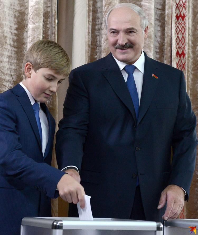 Пятые выборы президента прошли 11 октября 2015 года (Александр Лукашенко с младшим сыном Николаем на избирательном участке).