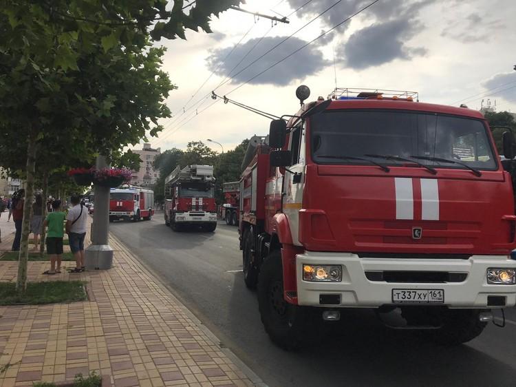 Пожар тушат более сотни сотрудников МЧС.
