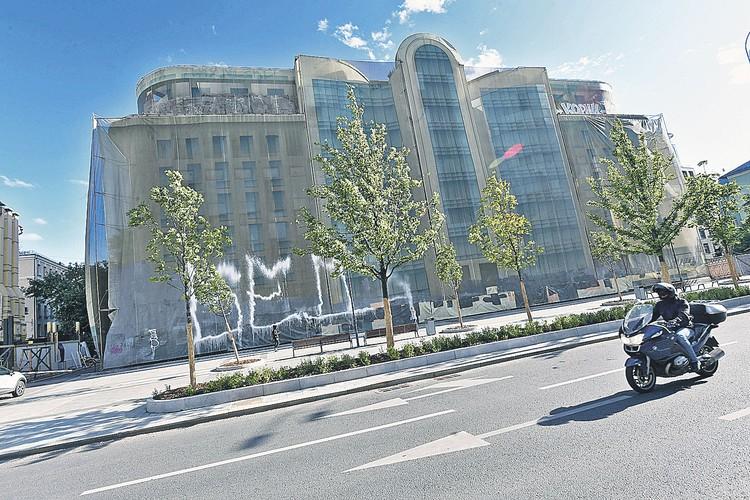 Недостроенное здание находится на пересечении Цветного бульвара и Садовой-Сухаревской улицы Москвы.