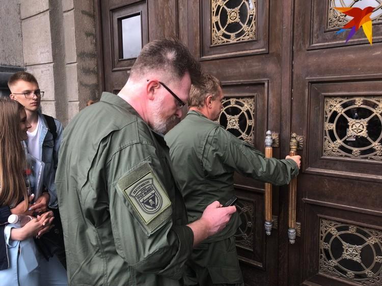 Вот такие специалисты проверяли здание на Ленина