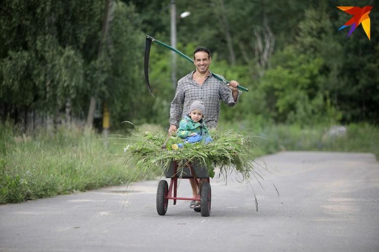 И травы накосить, и ребенка покатать!