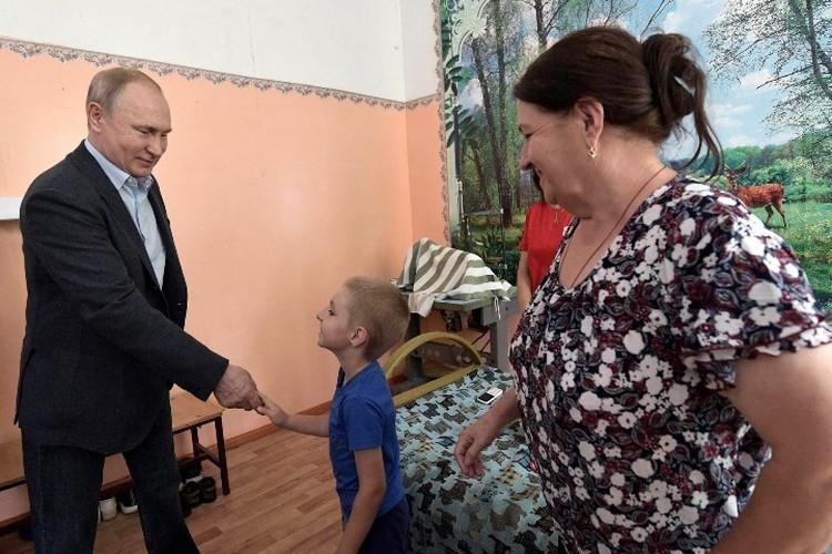 Матвей приветствует Владимира Путина. Фото Алексей Никольский/пресс-служба президента РФ/ТАСС