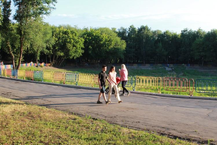Сейчас в парке на месте озера - яма
