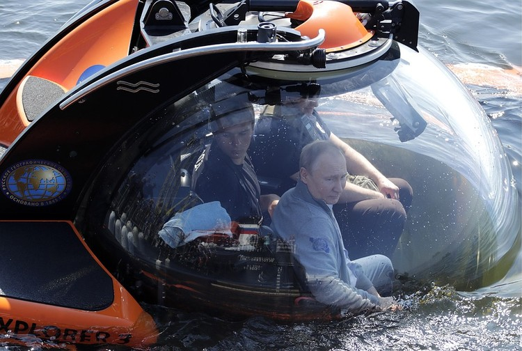 Владимир Путин погружается на дно Финского залива. Фото: Михаил Метцель/ТАСС