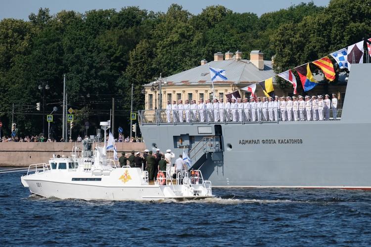 Десять парадных расчетов, более 40 кораблей и 41 воздушное судно принимают участие в параде в честь Дня ВМФ в Санкт-Петербурге.