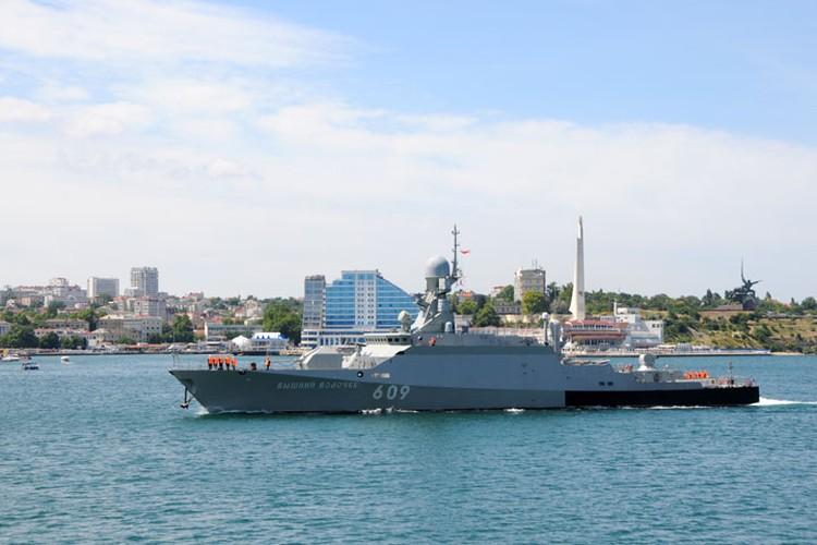 Малый ракетный корабль «Вышний Волочек», оснащенный ракетами «Калибр», участвовал в боевых действиях в Сирии. А здесь, в Севастополе, он уступает дорогу прогулочным катерам и грузопассажирским паромам.