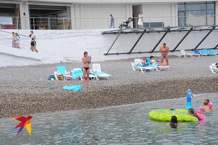 Пляж в Форосе не слишком многолюден.